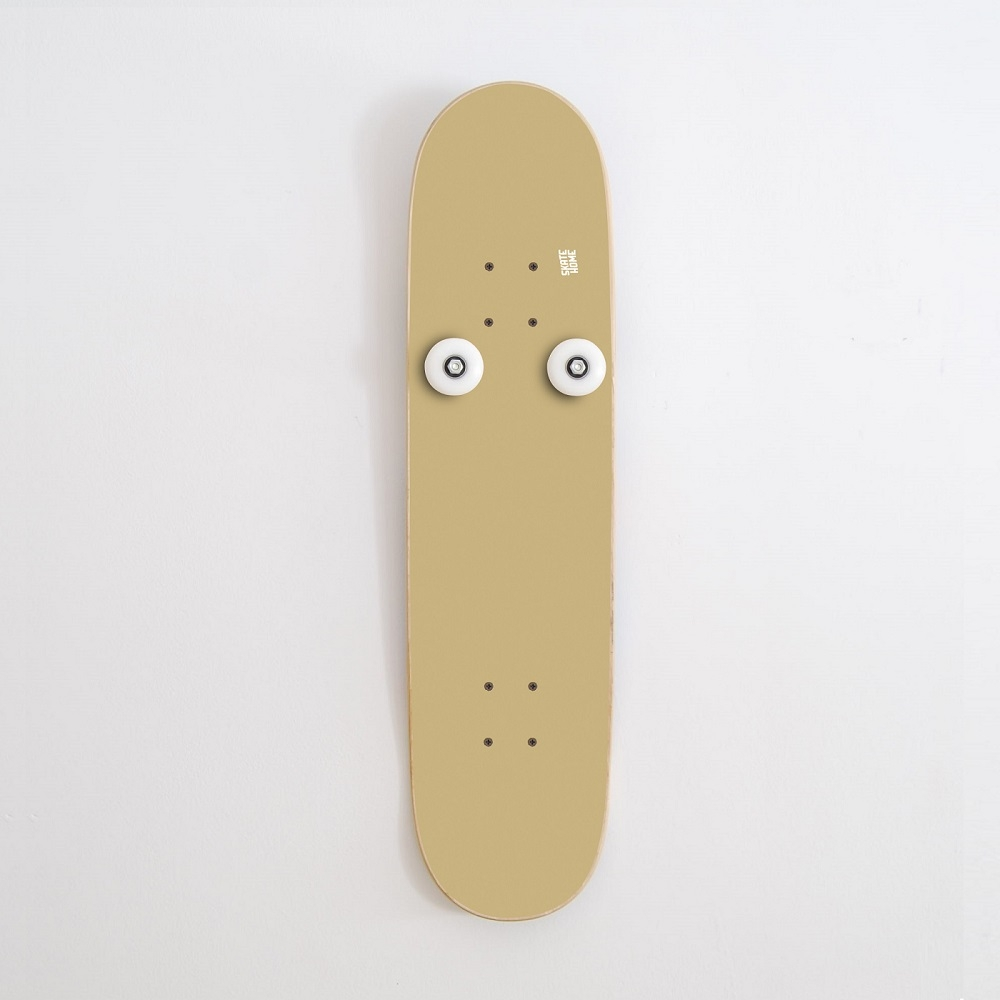 deux cintres suspendus avec des roues de skate board pour. Black Bedroom Furniture Sets. Home Design Ideas