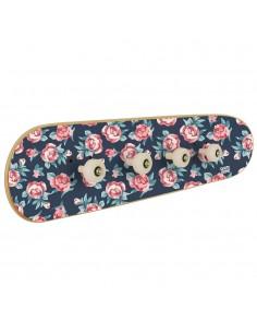 Garderobe mit kleinen Rosen zur Dekoration mit Skate