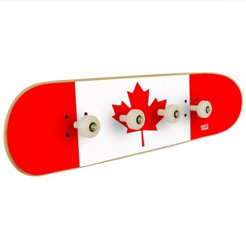 Drapeau du Canada sur un porte-manteau mural pour la décoration d'une salle de skate