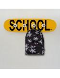 Perchero sobre tabla de monopatín, con la palabra SCHOOL