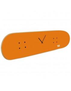 El reloj sobre tabla de skate refleja tu pasión por el monopatín