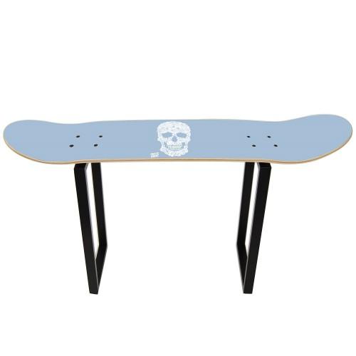 Taburete alto con tabla de skate y diseño de calavera floral